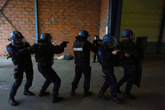 Entraînement de gendarmes pour faire face à une attaque terroriste, le 31 mars à Saint-Jean d'Illac, près de Bordeaux.