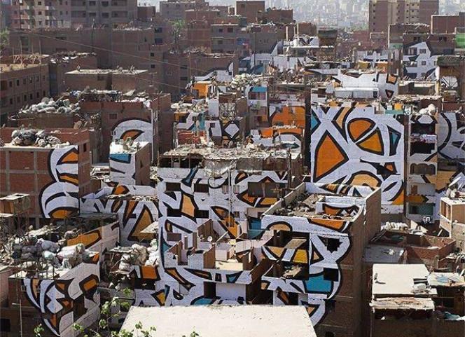 L'anamorphose du graffeur El Seed au Caire, morcelée sur une cinquantaine de façades.