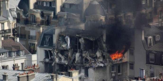 La déflagration a éventré une partie des étages supérieurs et du toit d'un immeuble, rue de Bérite, dans le 6e arrondissement de Paris.