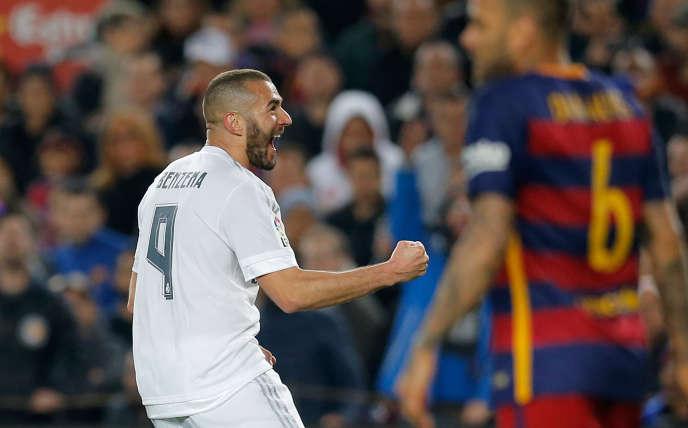 Karim Benzema célèbre son but marqué pour le Real contre le Barça, samedi 2 avril à Barcelone.