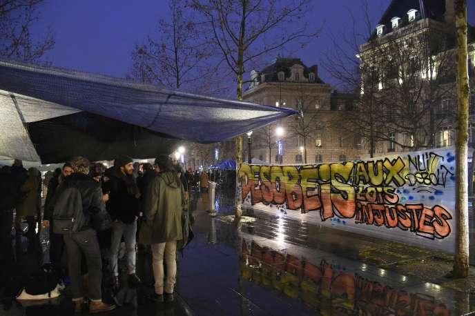 «Désobéis aux lois injustes», peut-on lire sur une bannière place de la République à Paris, dans le cadre de l'opération «Nuit debout».