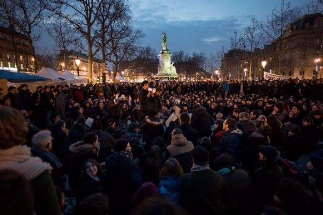 Des centaines de personnes se sont réunies place de la République à Paris, vendredi soir, pour la deuxième soirée d'affilée.
