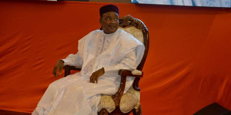 Mahamadou Issoufou, lors de la cérémonie de son investiture pour un second mandat, le 2 avril 2016.  Il a été réélu dans un fauteuil , avec 92% des voix, mais dans un processus où 2 + 2 ne font pas 4.