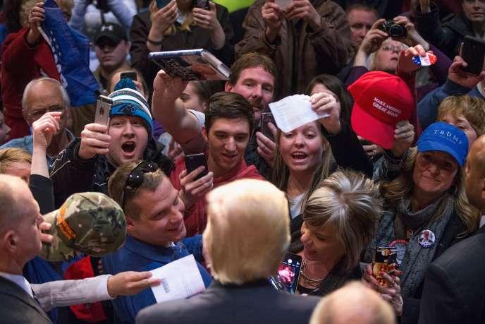 Donald Trump (de dos) lors d'un meeting de campagne à Eau Claire dans le Wisconsin le 2 avril 2016.