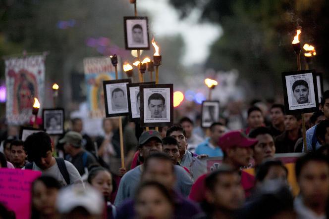 Manifestation des proches des 43 étudiants disparus au Mexique en 2014. Le 26 décembre 2015 à Mexico.