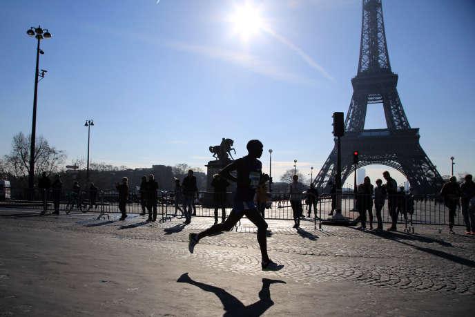 Un coureur durant le marathon de Paris, dimanche 3 avril.