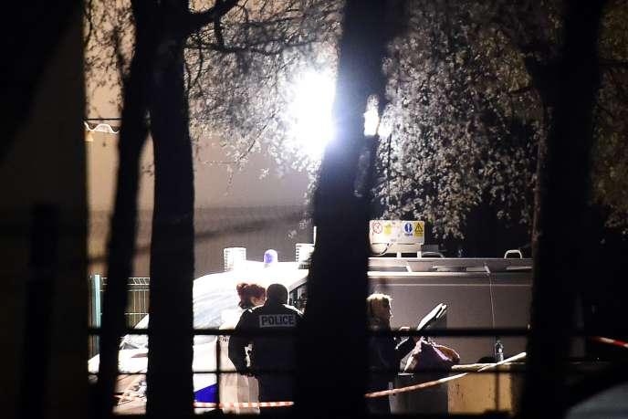 Des policiers inspectent les lieux d'une fusillade ayant eu lieu quelques heures auparavant à la cité Bassens de Marseille le 3 avril 2016.