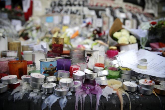Des bougies et des fleurs en hommage aux victimes des attaques terroristes de Paris, le 17 novembre 2015 sur la Place de la République à Paris.