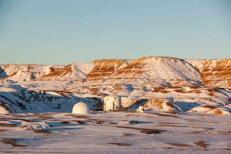 Dans le désert de l'Utah, à plus de deux heures de route de toute grande ville, l'ensemble de bâtiments imaginé par la Mars Society sert de camp de préparation à l'exploration prochaine de Mars.