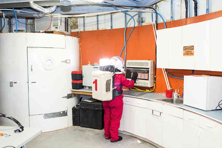 La collecte de micrométéorites et les expériences menées sur ces échantillons par températures très basses obligent à se réchauffer souvent les mains.