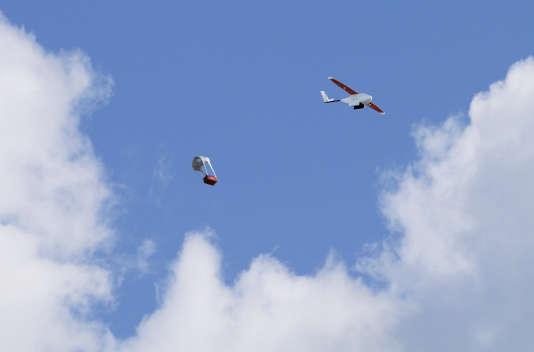 Les livraisons de produits sanguins par Zipline International s'effectuent en larguant la cargaison au bout d'un petit parachute spécialement conçu.