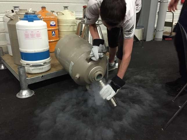 En marge du rassemblement, plusieurs bonbonnes d'azote liquide sont là pour réapprovisionner les overclockers.