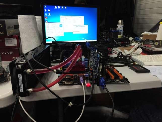 Ici, la plupart des ordinateurs sont à nus, et leurs performances sont jugées par des benchmarks, des logiciels de mesure de puissance de calcul.