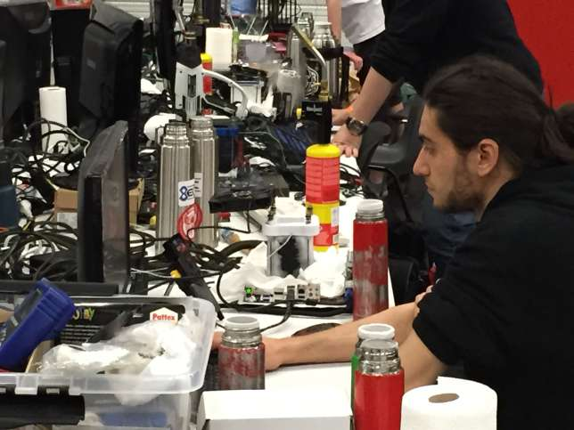 Rivés à leurs écrans, les overclockers ne jouent pas, mais mesurent les performances de leur ordinateur.