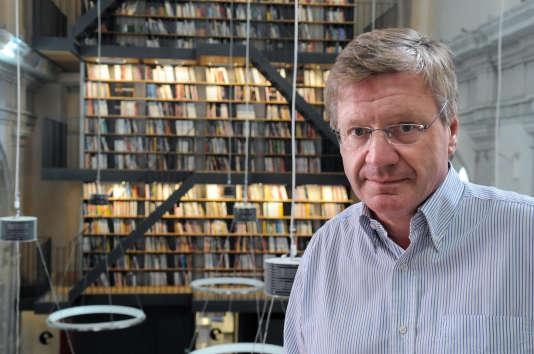 L'éditeur Jacques Glénat pose le 15 septembre 2009 à Grenoble, dans la bibliothèque du couvent du 17ème siècle où il a installé le siège de sa maison d'édition.