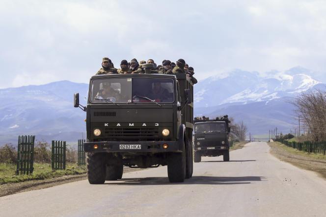 Des combattants arméniens en route vers la région séparatiste du Haut-Karabakh,lundi 4 avril.