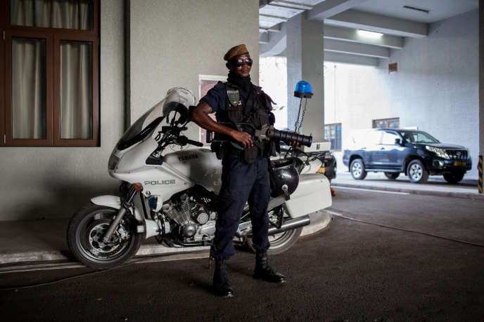 Un policier congolais devant le stade Kintélé, à Brazzaville, le 27 mars 2016.