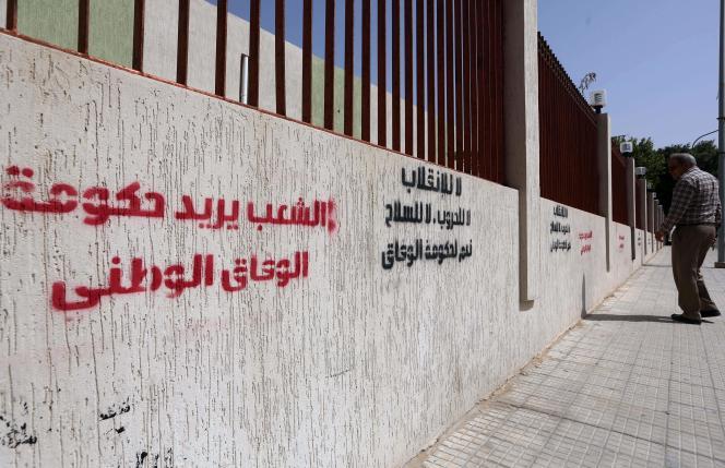 Grafitis de soutien au gouvernement d'union à Tripoli le 4 avril : « Le peuple veut le gouvernement d'union nationale ».