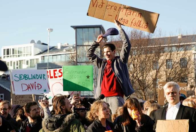 Plusieurs milliers de manifestants avaient réclamé lundi la démission de Sigmundur David Gunnlaugsson.