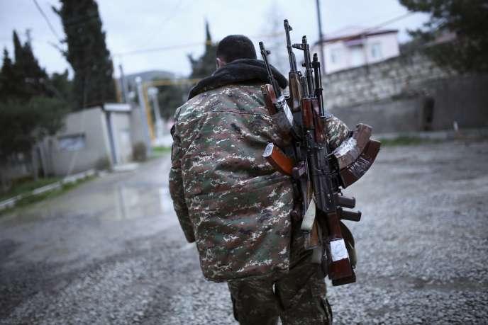 L'Azerbaïdjan et les autorités séparatistes du Nagorny-Karabakh, soutenues par Erevan, se sont accusés mutuellement de poursuivre l'agression, notamment à l'aide d'armes lourdes.