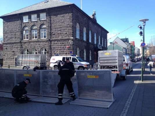"""La police islandaise installe des barrières en vue de la manifestation lundi 4 avril au soir en Islande après les révélations de """"Panama papers""""."""