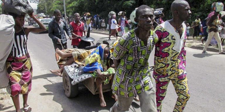 Des habitants des quartiers du sud de Brazzaville fuient les heurts entre la police et les militants de l'opposition, le 4 avril 2016.