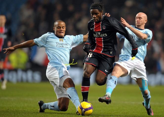 En 2008, lors de l'unique rencontre entre les deux clubs. Vincent Kompany (à gauche) est, avec le gardien Joe Hart, le seul rescapé de l'ère pré-Abu Dhabi à Manchester. Au PSG, il ne reste plus un seul joueur de l'ère pré-Qatar (ici, Peguy Luyindula).