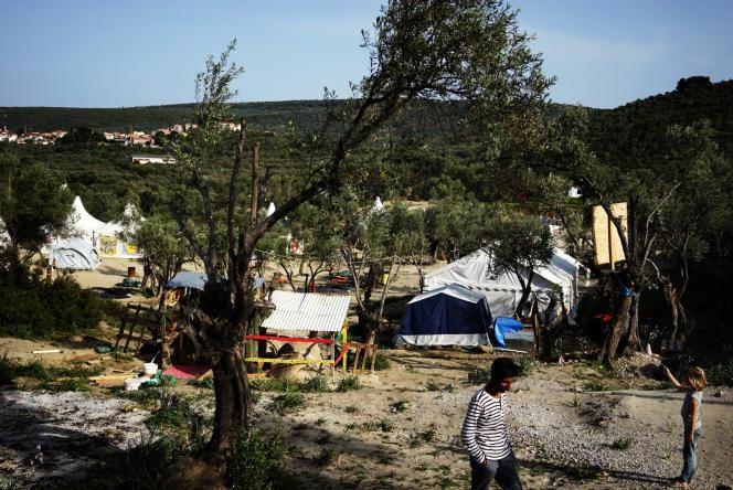 Dans un camp géré par des bénévoles, à proximité du hotspot de Moria, transformé en centre de détention pour les réfugiés et migrants venus de Turquie, dans le cadre de l'accord UE-Ankara, sur l'ïle de Lesbos, le 4 avril.