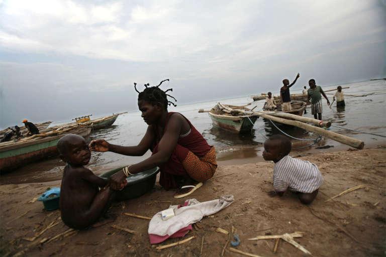 Une femme lave ses enfants avec l'eau du lac Tanganyika en septembre 2006.