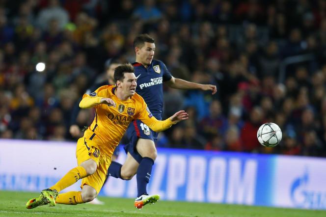 Lucas Hernandez intervient devant Lionel Messi lors de Barcelone-Atlético Madrid en match aller de quarts de finale de Ligue des Champions.