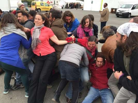 """Lundi 4 avril, les """"militants du climat"""" s'entraînent aux techniques de la non-violence, au centre Emmaüs de Lescar, à côté de Pau."""