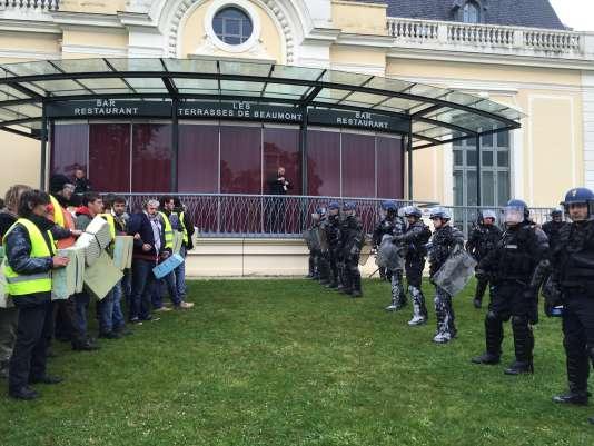 Face à face tendu entre les militants d'ANV-COP21, des Amis de la terre... et les gendarmes mobiles, mardi 5 avril, devant le Palais Beaumont, à Pau, où se tient un sommet des compagnies pétrolières et gazières.