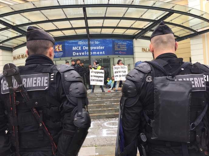 Mardi 5 avril, plusieurs centaines de militants d'ANV-COP21 font le siège du sommet des compagnies pétrolières, à Pau, consacré au offshore.