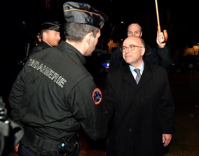 Le ministre de l'intérieur Bernard Cazeneuve saluant les forces de gendarmerie à Bordeaux le 4 avril 2016.