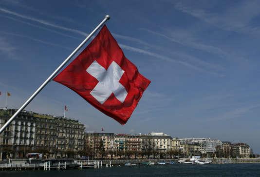 Un drapeau suisse sur le pont Mont-Blanc de Genève.