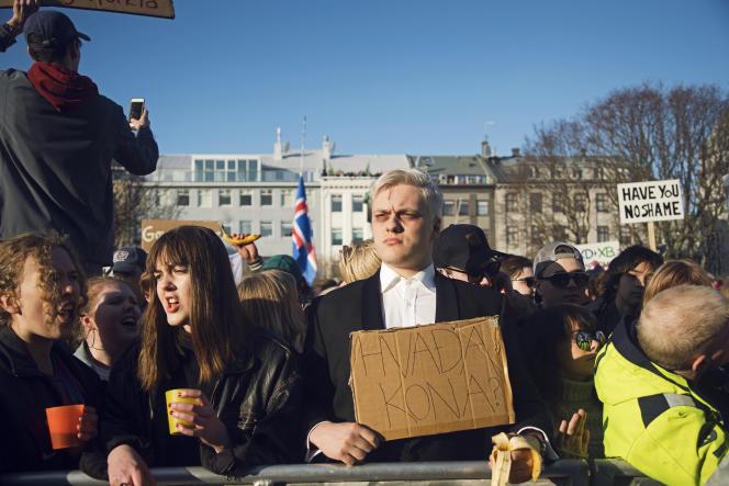 Ce manifestant est habillé comme le premier ministre. Sa pancarte dit