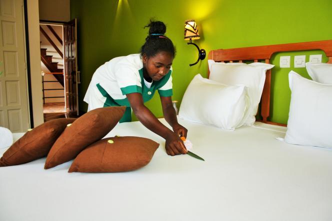 Une élève en formation de femme de chambre à l'école hôtelière de La Rizière.