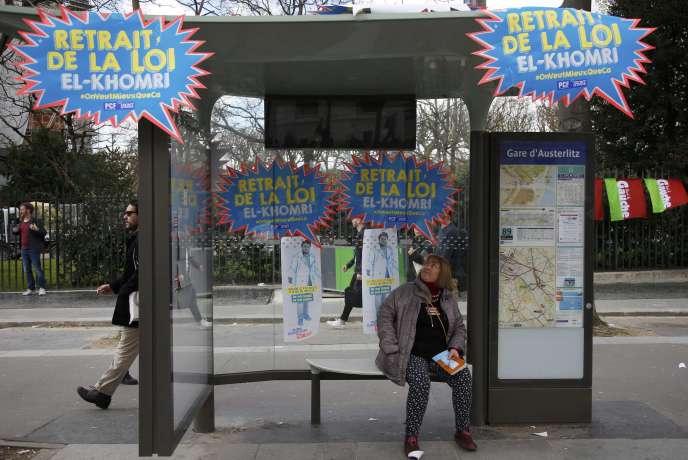 Un arrêt de bus lors d'un jour de manifestation contre la loi du travail, le 5 avril  2016 à Paris.