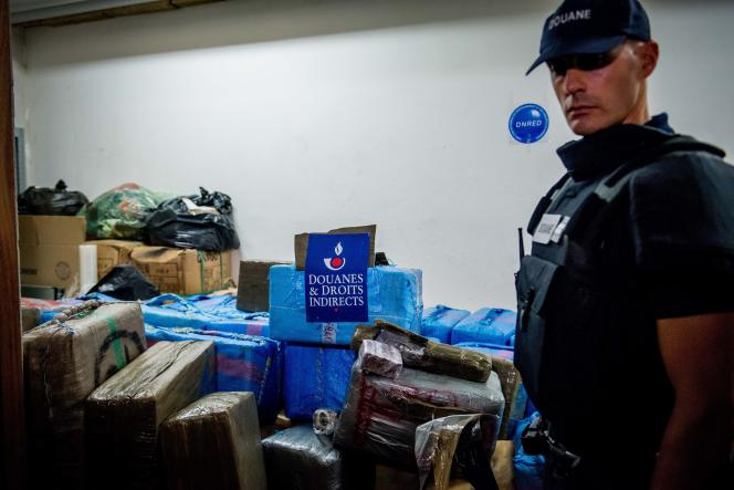 Au sièges des douanes, à Ivry-sur-Seine (Val-de-Marne), le 18 octobre 2015, les sept tonnes de cannabis saisies la veille.