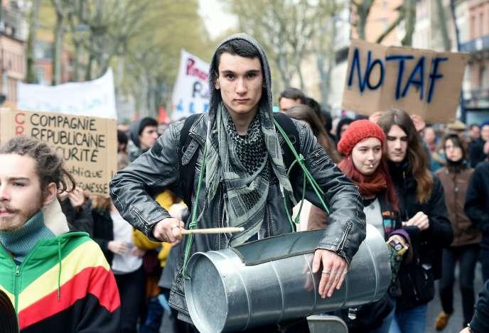 Un manifestant, le 5 avril à Toulouse.