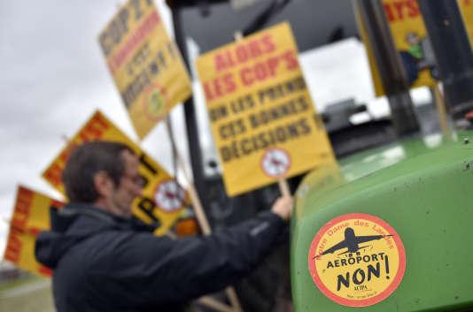 Un manifestant proteste en face du palais de justice de Nantes contre le projet d'un aéroport à Notre-Dame-des-Landes, le 23 février 2016.