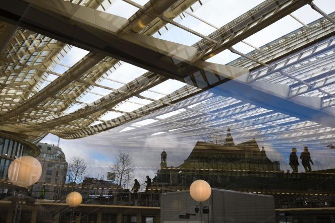 Reflets sous la Canopée du forum des Halles à Paris le 4 avril 2016.