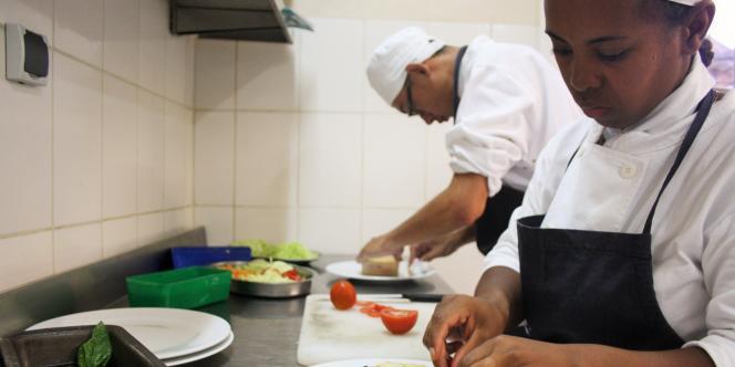 Des élèves dans la cuisine d'application d'une école hôtelière à Madagascar.