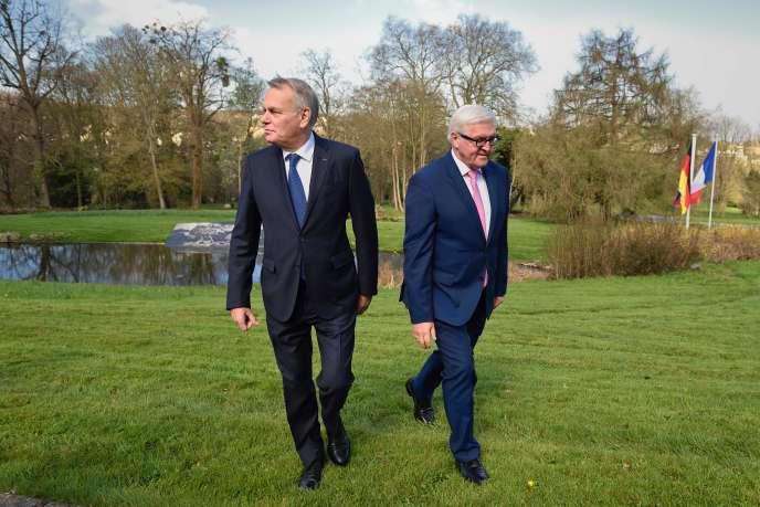 Jean-Marc Ayrault et Frank-Walter Steinmeier au château de la Celle-Saint-Cloud (Yvelines), le 5 avril 2016.