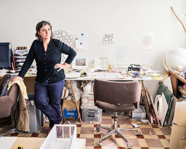 Laurette Atrux-Tallau est une des artistes les plus engagées dans la vie locale. Mais « les interactions (avec la population) sont furtives ».