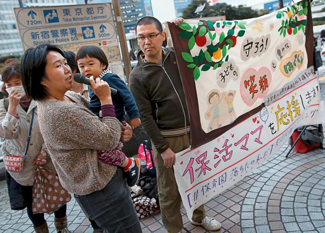 Une manifestation, le 20mars à Tokyo, contre le manque de places en crèche.