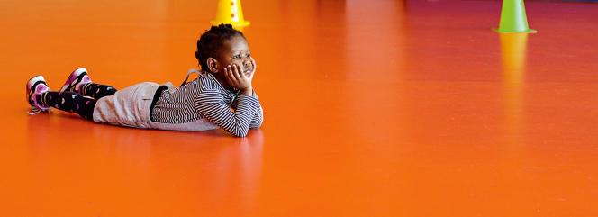 Fillette en classe de maternelle pendant le cours de danse, expression corporelle.