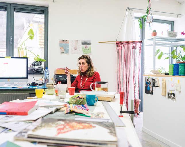 Delphine Deguislage, dans son atelier, avoue ne pas fréquenter le quartier en dehors de son travail.