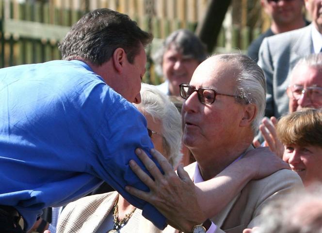 Le premier ministre britannique avec son père, le 18 mars 2010.