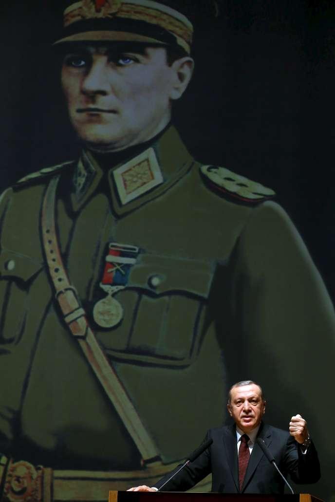 Le Président Turc Tayyip Erdogan à l'académie militaire d'Istanbul, avec derrière lui un portrait du fondateur de la Turquie moderne, Atatürk, le 28 mars 2016.